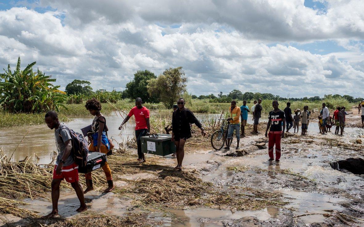 Cyclone_survivors_floodedroad_Mozambique116875lpr.jpg
