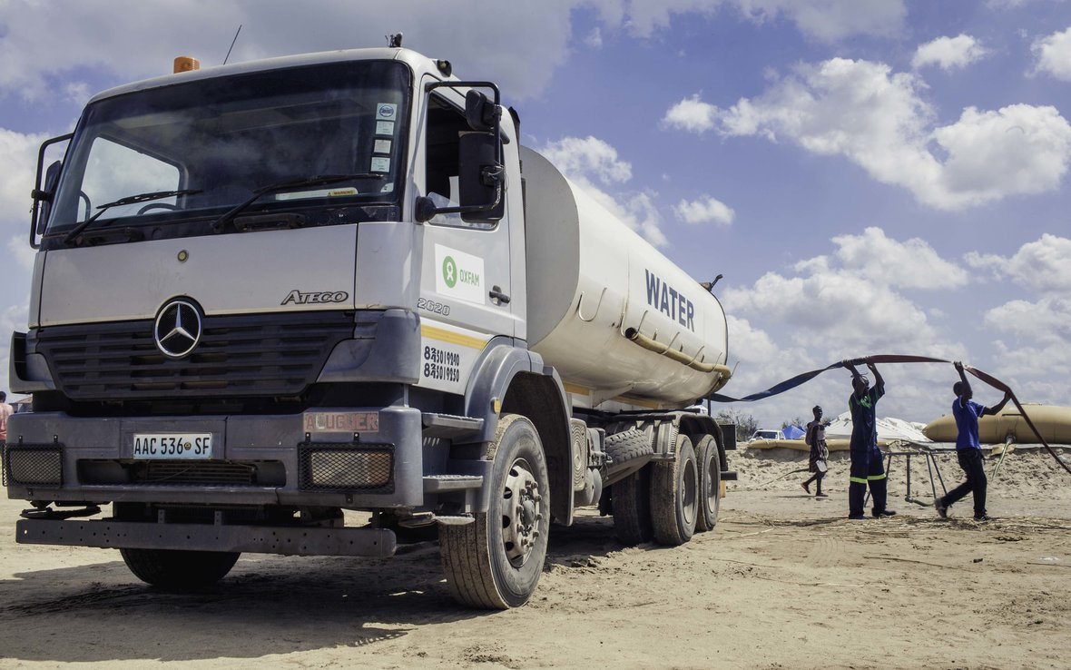 Oxfam delivers water in Mozambique IDP camps