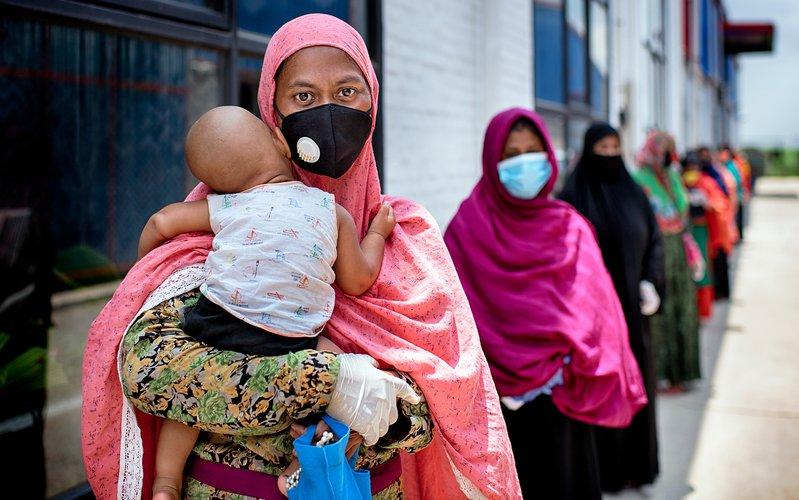 bangladesh_covid_woman_child_mask_6920.jpg