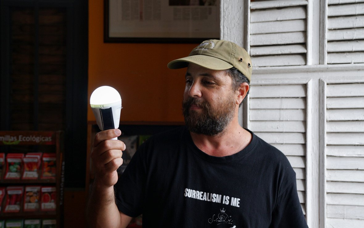 Arturo_Massol_with_the_solar_lightbulb_Casa_Pueblo_photo_by_Ruben_Salgado_Escudero.jpg