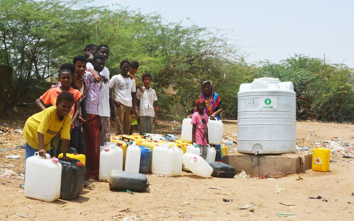 IDPs_waiting_for_water_in_Yemen_OGB_92660_edit2.jpg