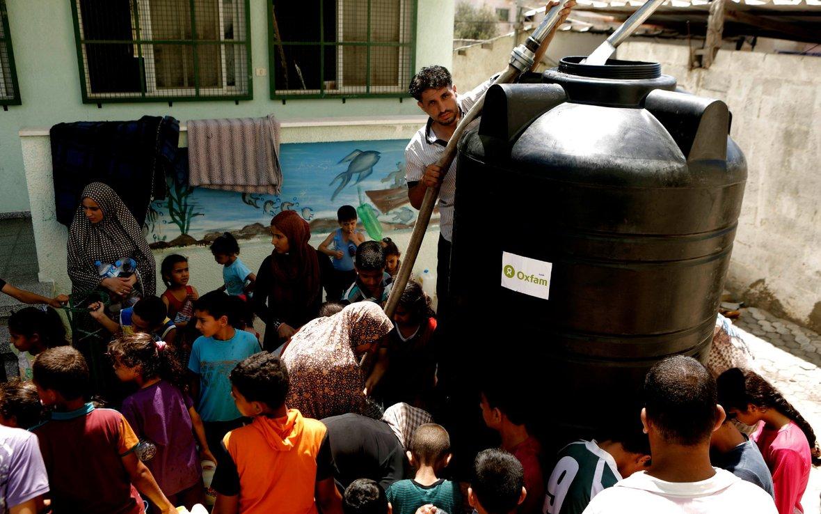 Man-with-black-water-tank-OGB-88312-Gaza-0061.jpg