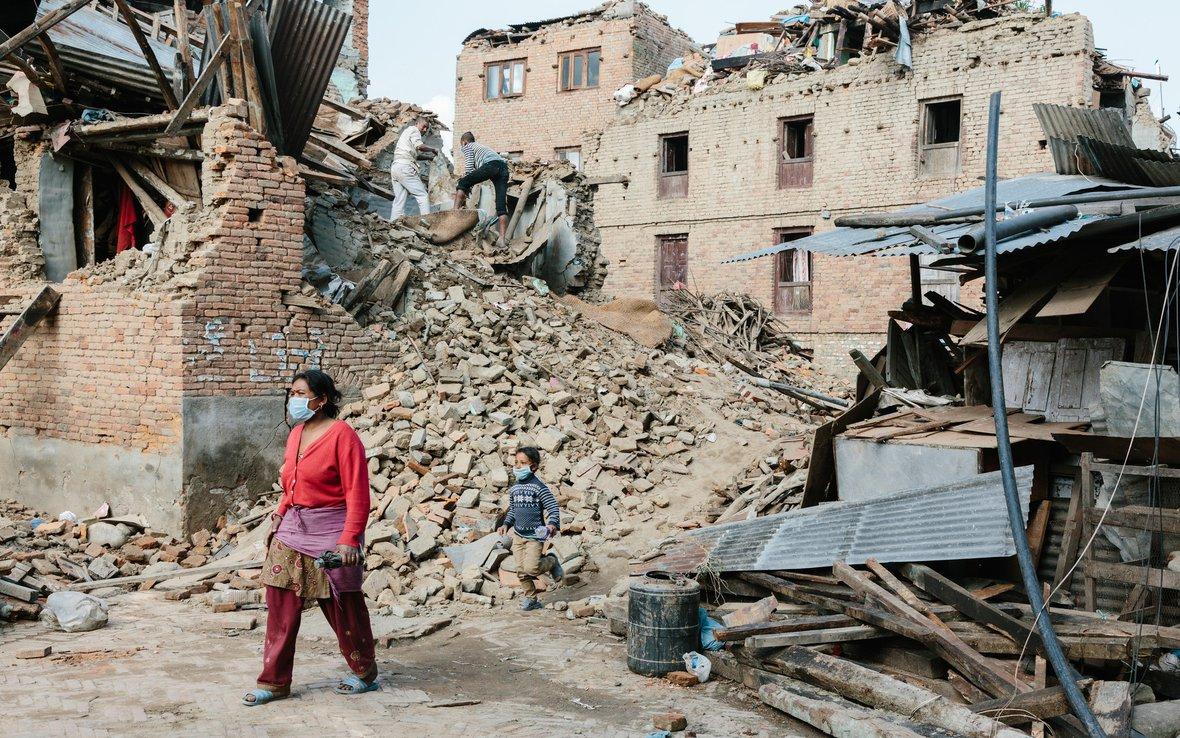 Nepal-earthquake-Sankhu-woman-child-OGB_92128.jpg
