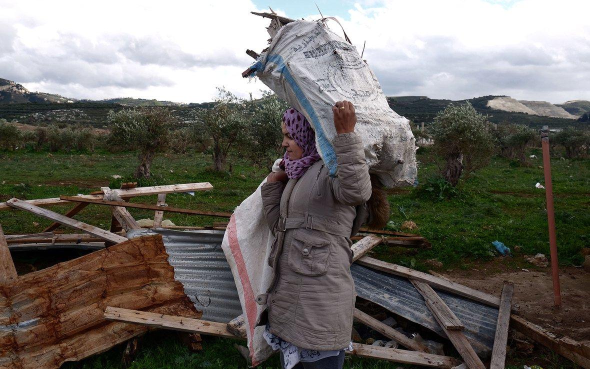 Woman carrying bag of wood 90983.jpg