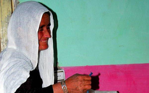 afghan-woman-weighing-wheat