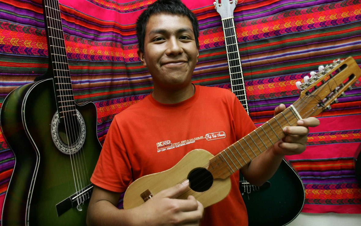 artist-for-oxfam-peru-guy-guitar-ous-38133.jpg