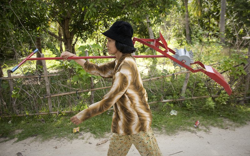 cambodia-ken-sorn-walking-17-mar-2011.jpg