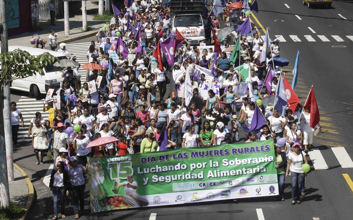 crowd-marching-el-salvador-14-november-2012