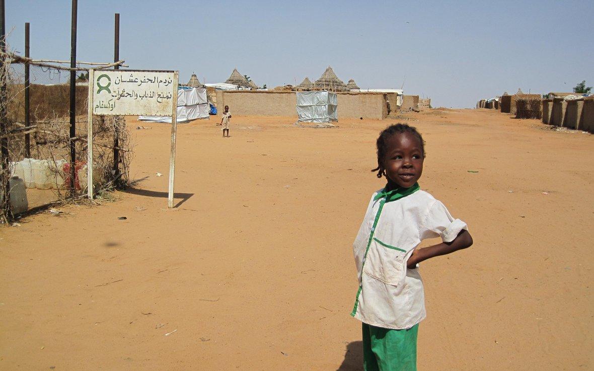 darfur-girl-near-tap-stand