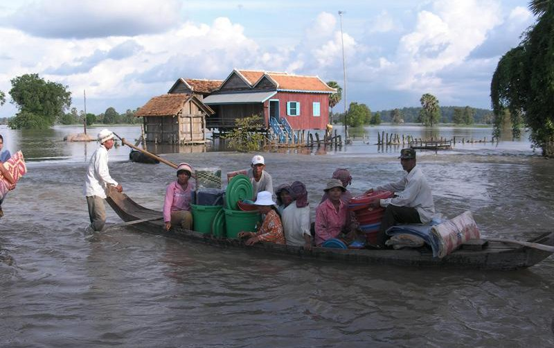 flood-affected-people-renting-boats-to-come-and-get-oxfams-relief-items.jpg