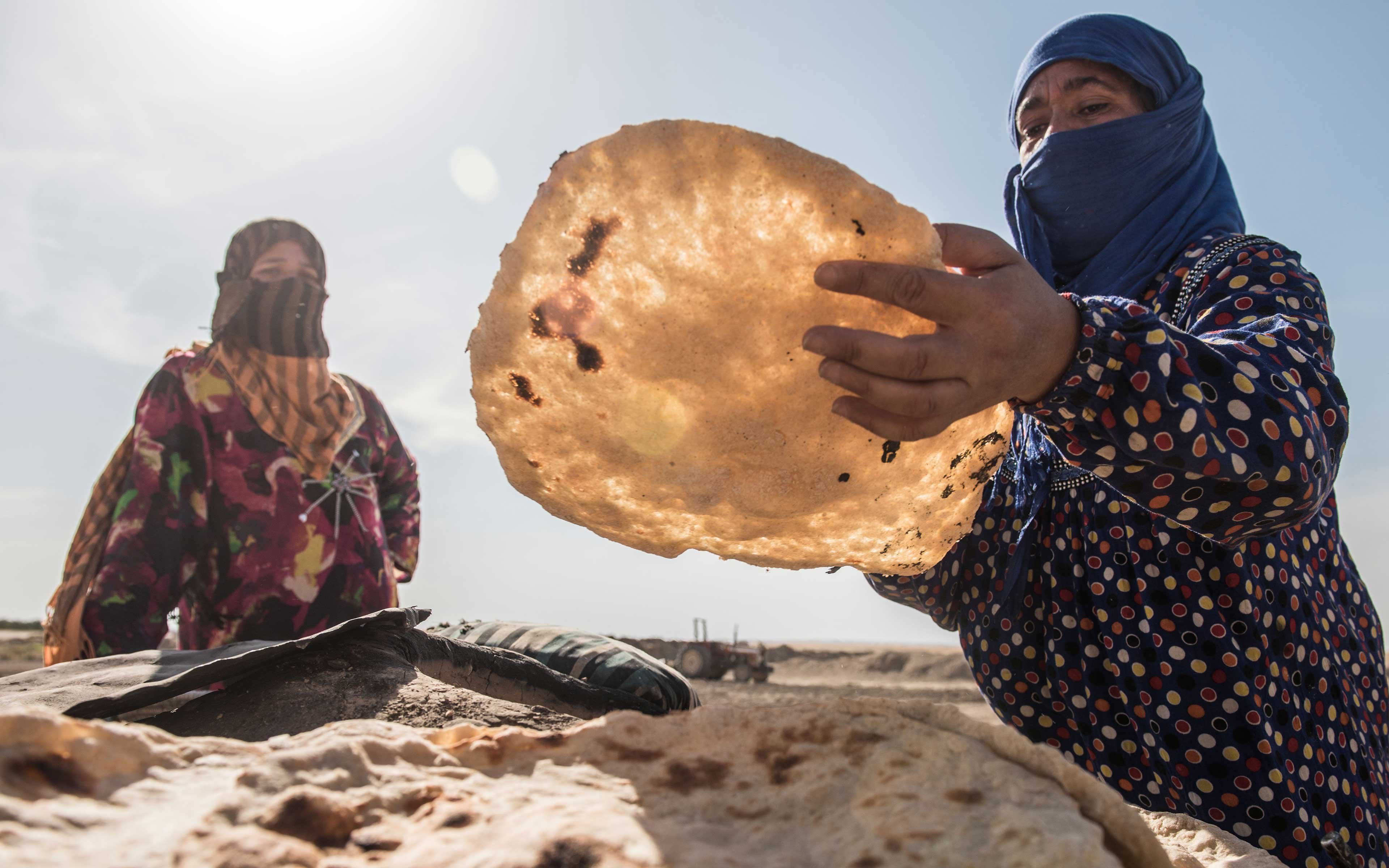 When ISIS occupied the area around the Iraqi town of Jalawla, many families were forced to flee. Some are now living in an abandoned farm building while trying to carry on with regular tasks like making bread. Oxfam has been supporting the families with clean water and sanitation facilities.