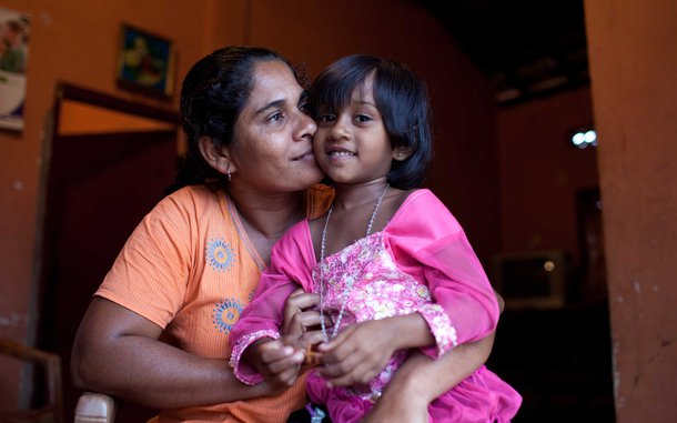 mother-daughter-sri-lanka-oau-55286.jpg