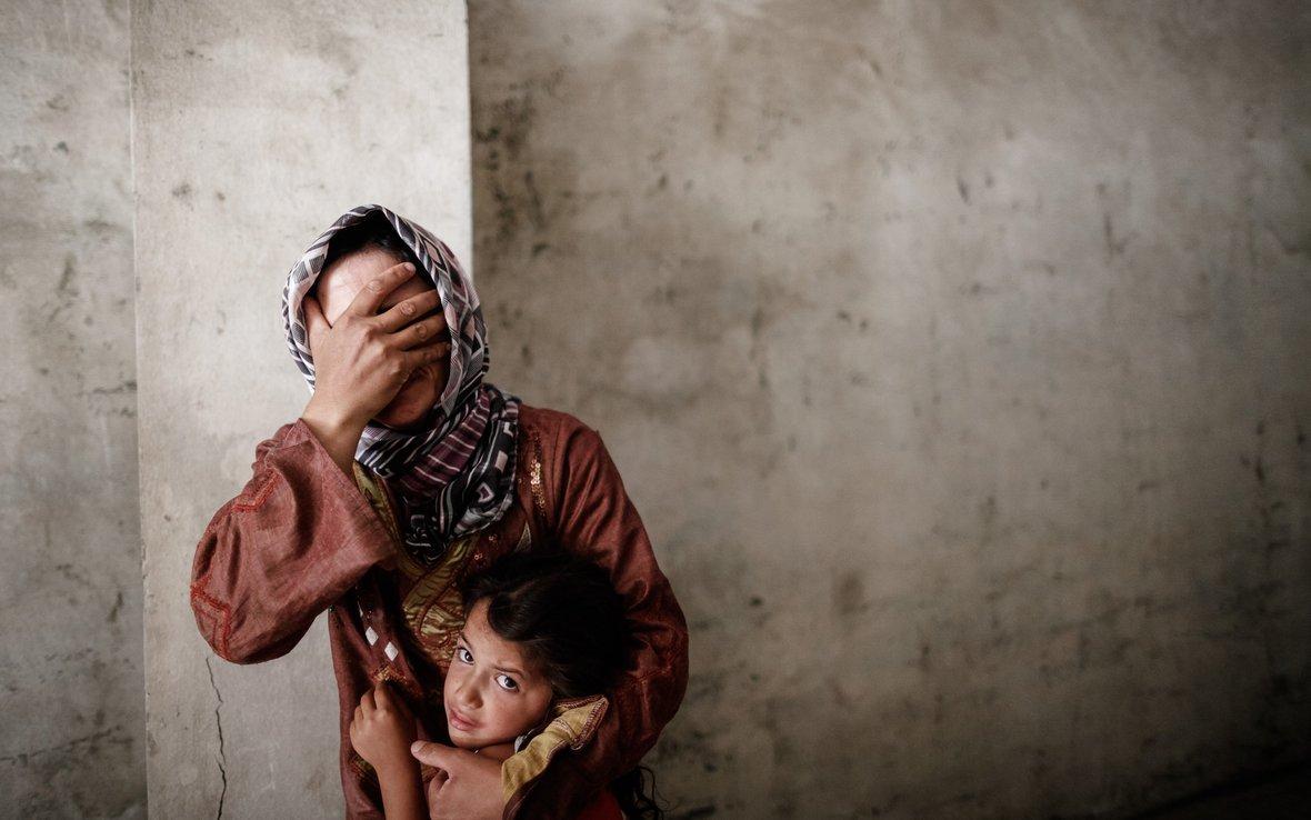 mother with child 81474lpr.jpg