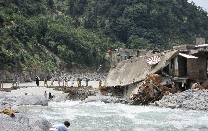 pakistan-flooding-wood-bridge