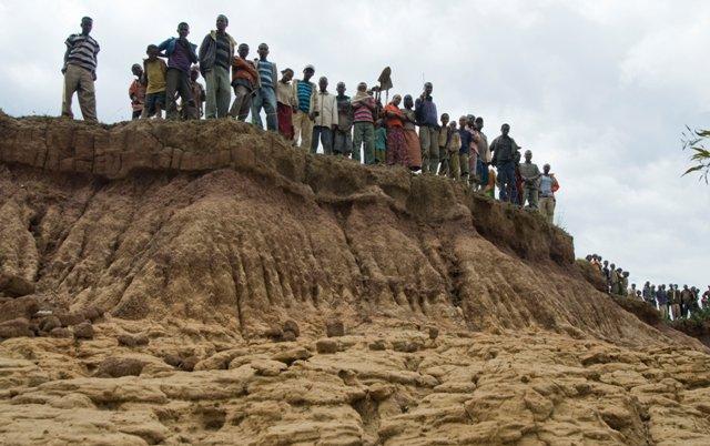 people-on-eroded-ridge-250810ethiopia2010eljanssondsc-4686-1.jpg-1