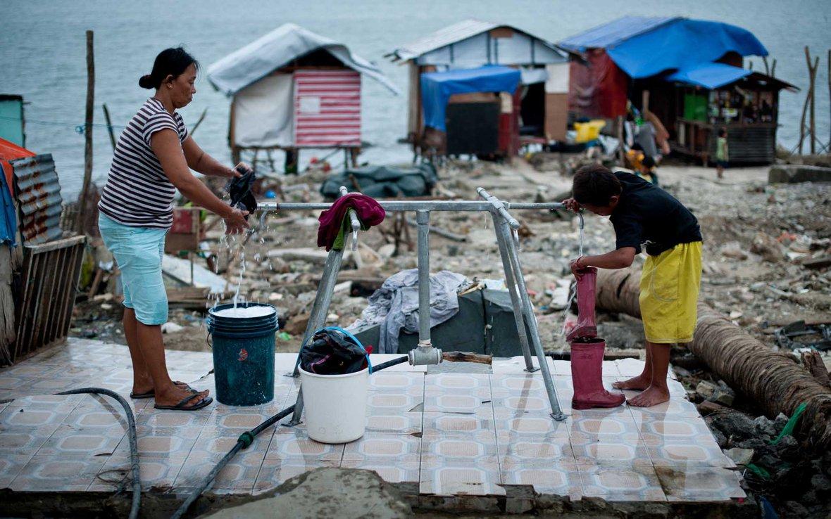 people-water-tap-stand-philippines-typhoon-84529lpr.jpg