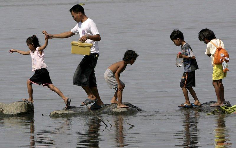 philippines-floods-family.jpg