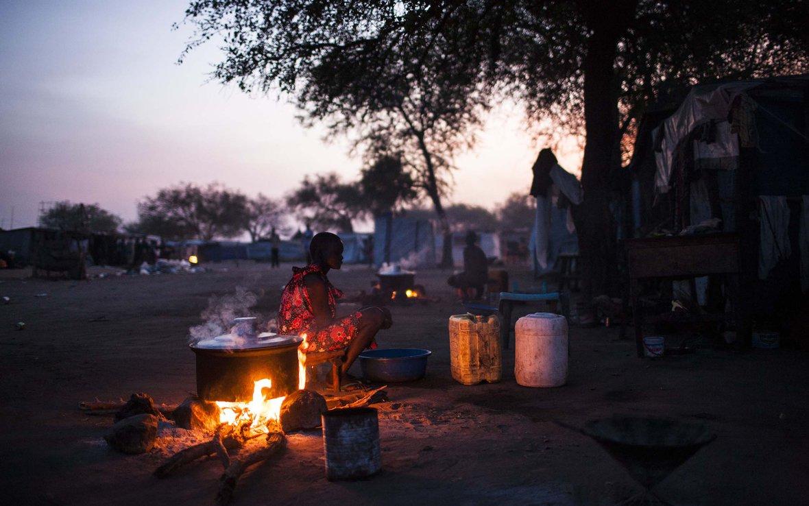 sunrise-women-boiling-water-Mingkaman-South-Sudan-85960.jpg