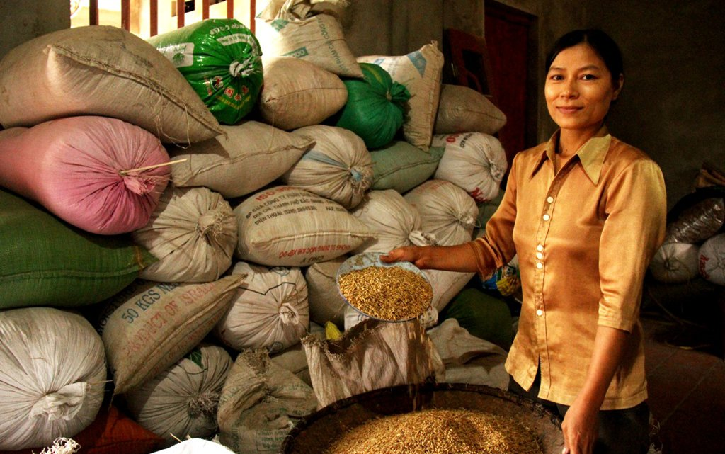 vietnam-farmer-with-sri-rice-in-bags