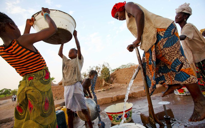 women-operating-bore-hole-water-pump-mali-ous-20369.jpg
