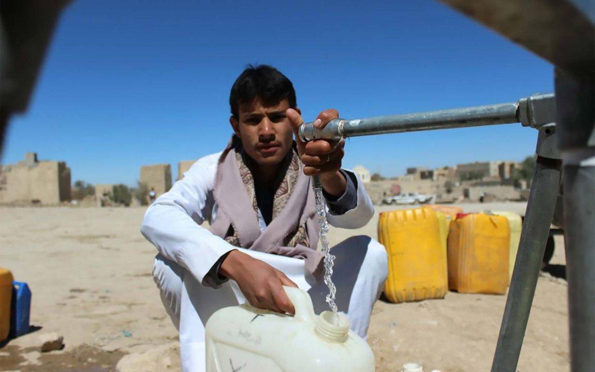 yemen-man-water-tap-ogb-101703.jpg