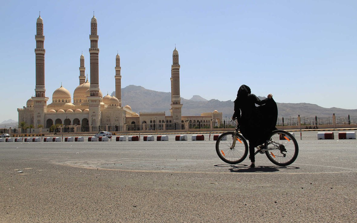 yemen-women-bikes-oxfam-0133_-web.jpg